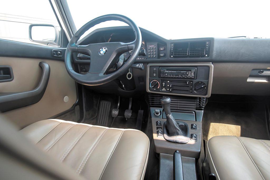BMW E28 533i kokpit