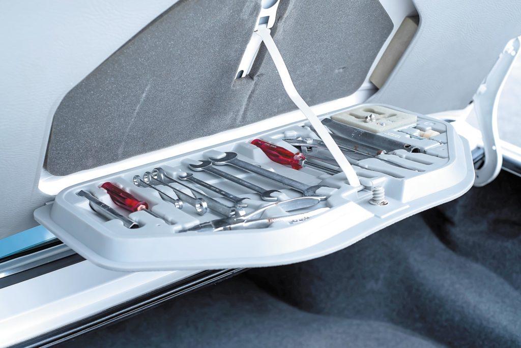 BMW E28 533i skrytka na narzędzia