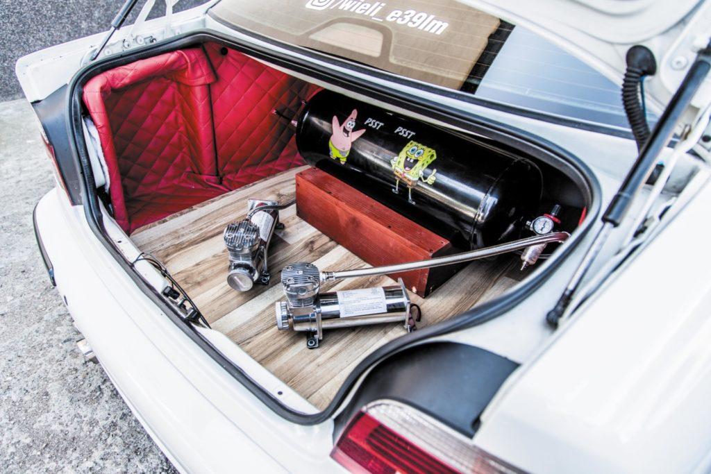 BMW E39 520i po tuningu bagażnik
