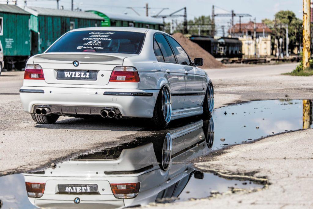 BMW E39 520i po tuningu widok z tyłu