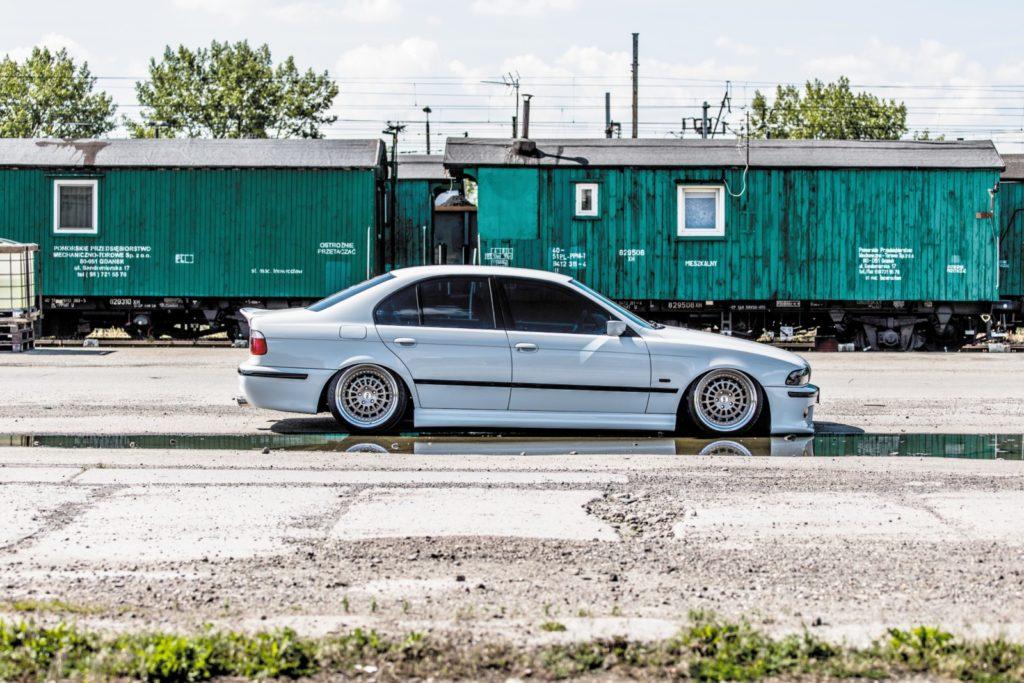 BMW E39 520i po tuningu widok z boku