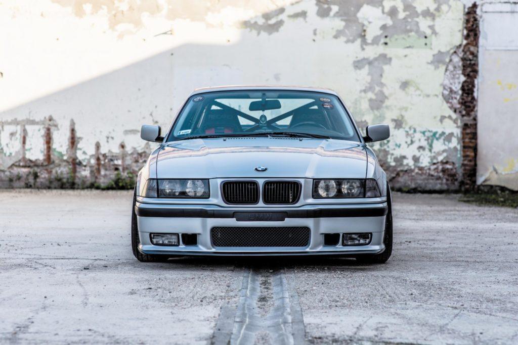 Tuning BMW E36 328i Coupé widok z przodu