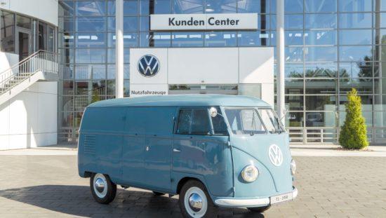 VW T1 Bulli Sofie przed budynkiem