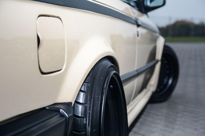Tuning BMW E30 325i spasowanie kołalz nadkolem
