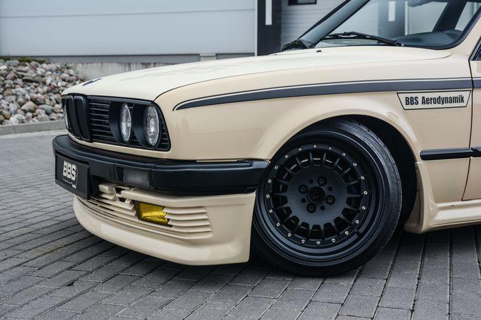Tuning BMW E30 325i widok przedniego koła