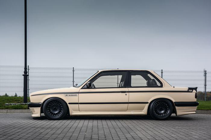 Tuning BMW E30 325i widok z boku