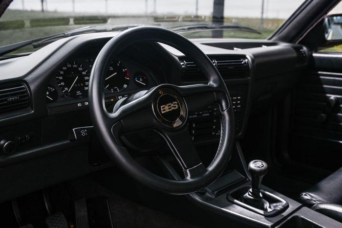 Tuning BMW E30 325i kierownica z logo BBS