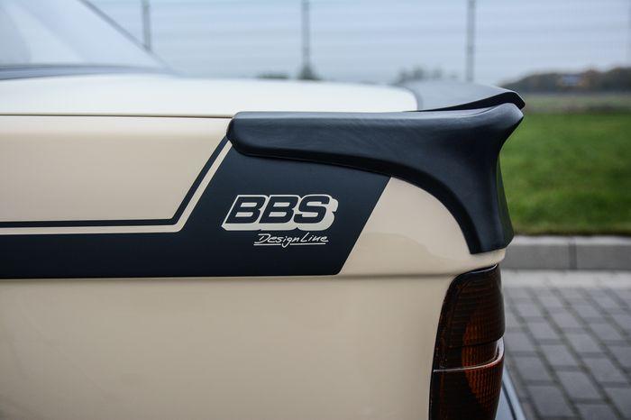 Tuning BMW E30 325i tylny spojler i napis BBS Design Line