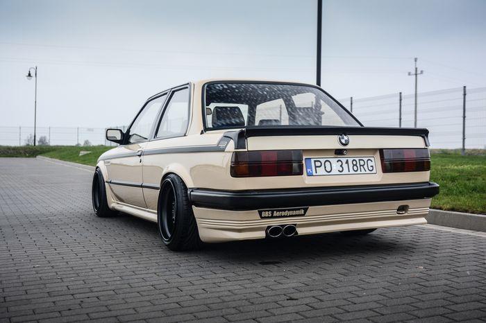 Tuning BMW E30 325i widok z tyłu