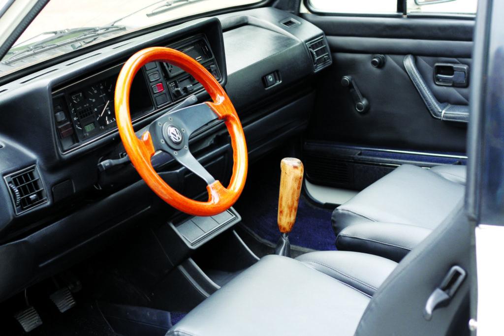 Tuning VW Golfa 1 cabrio widok na kokpit i kierownicę