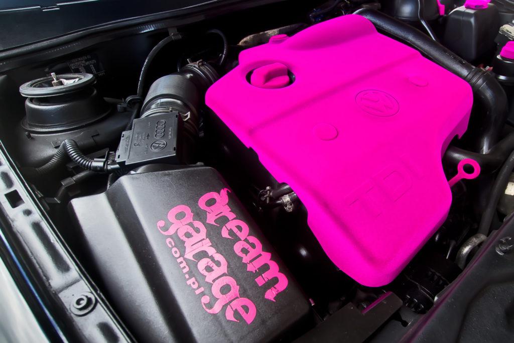 Tuning VW Caddy Mk1 silnik z różową pokrywą