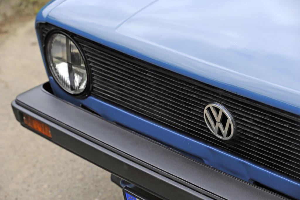 Tuning VW Golf 1 logo VW na grillu