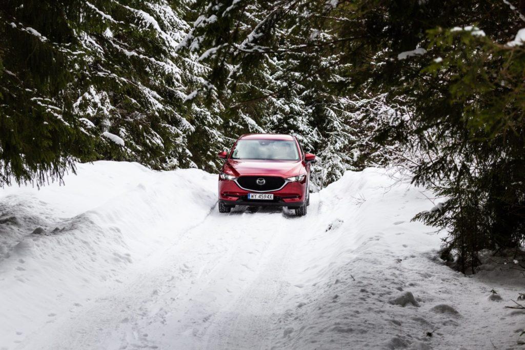 Mazda_CX-5_zimą w lesie