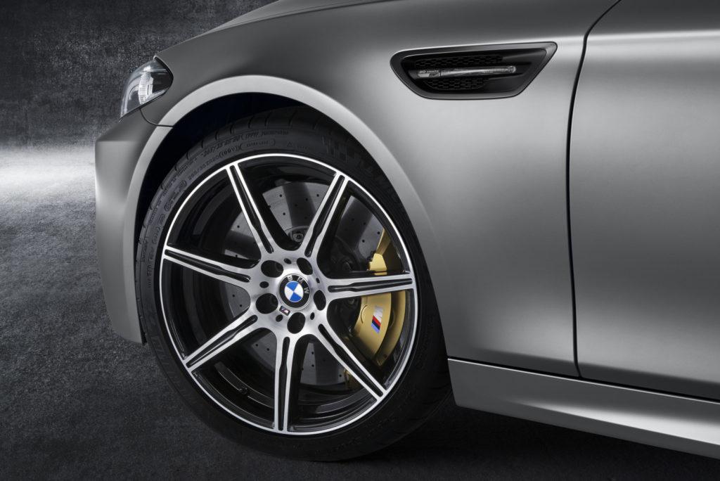 BMW M5 30 Jahre koło i prawy błotnik