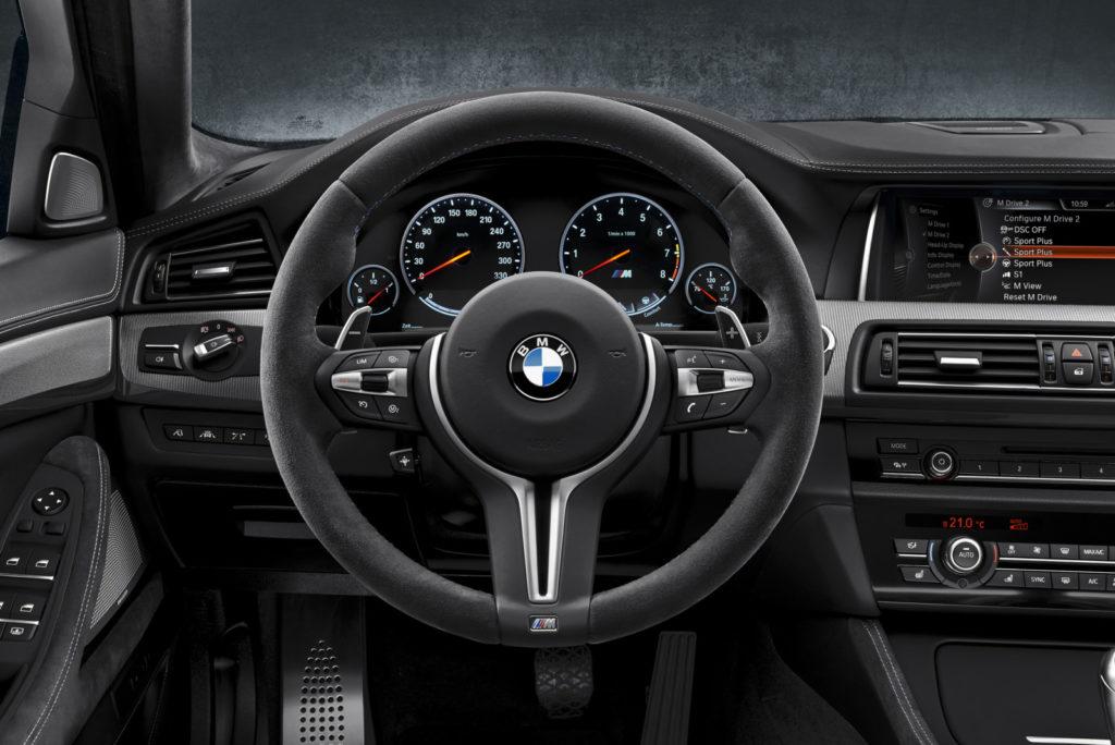 BMW M5 30 Jahre widok na kierownicę