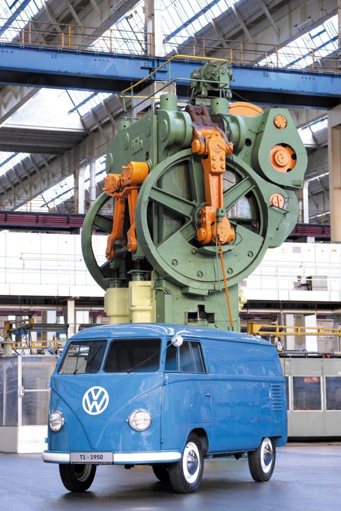 VW T1 Bulli Sofie w hali produkcyjnej