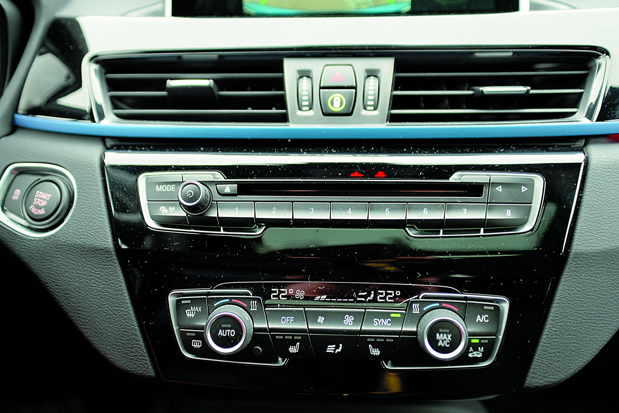 BMW-X1-xDrive-25d-panel środkowy