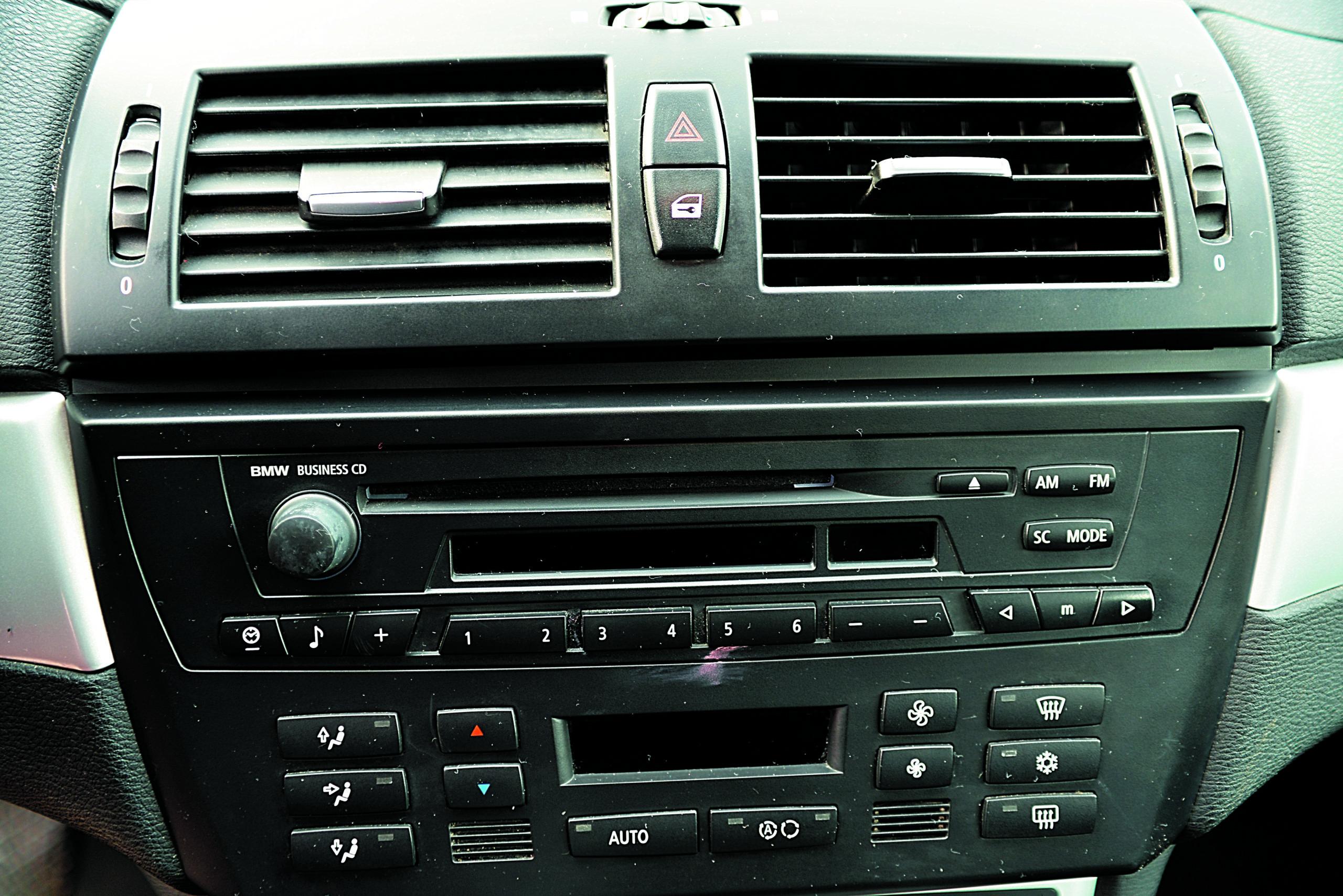 BMW-X3-20d-E83-panel audio i klimatyzacji