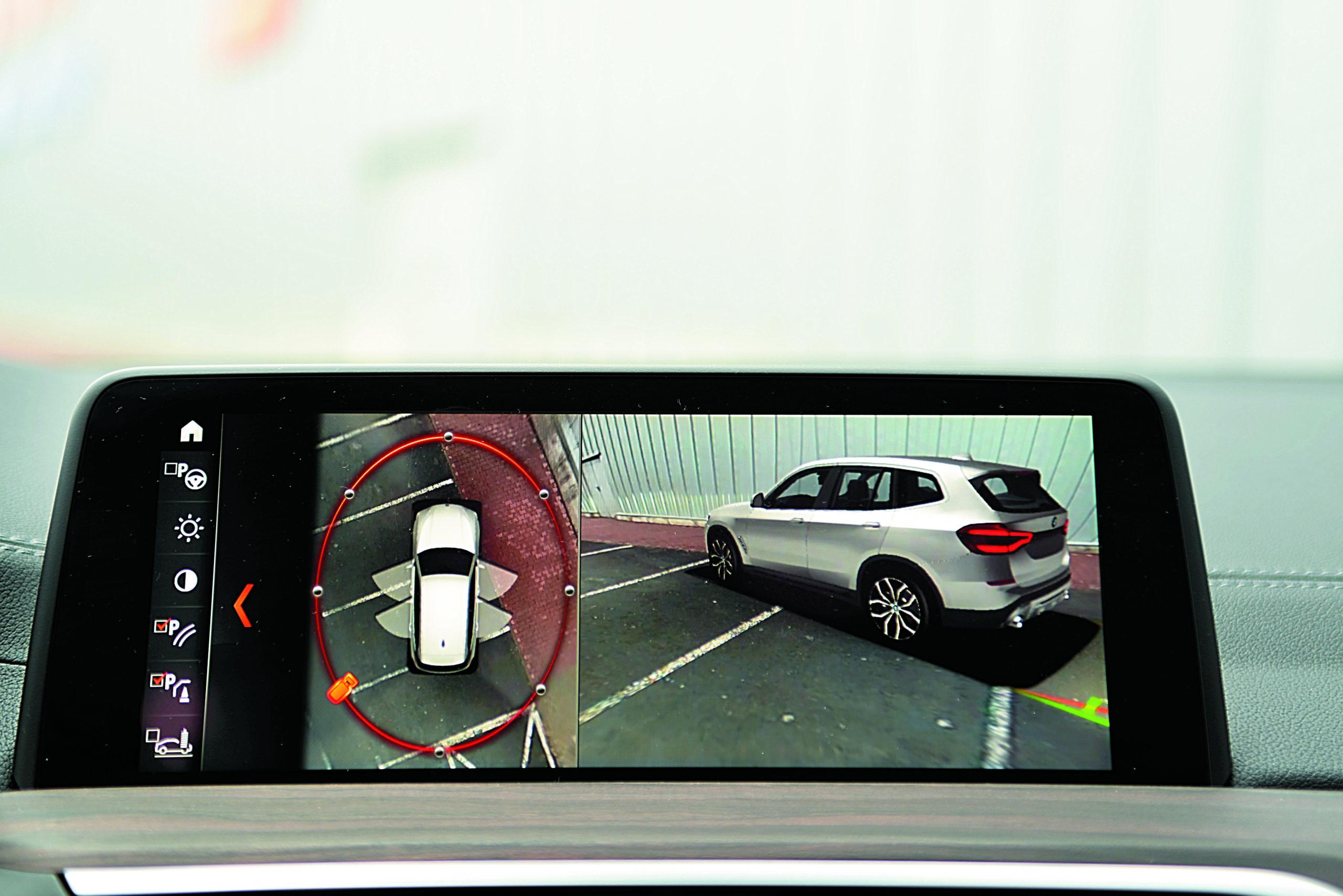 BMW-X3-30d-G01-ekran z obrazem z kamer