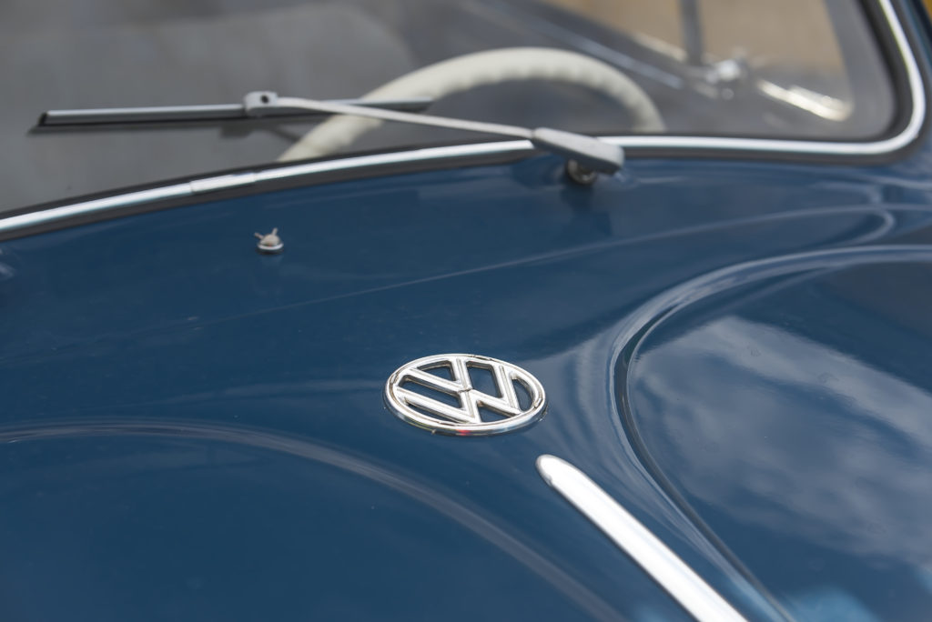 VW Garbus 1200 logo VW na masce