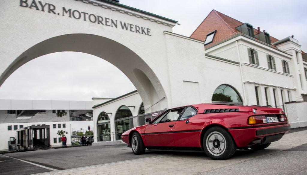 BMW M1 przed muzeum BMW