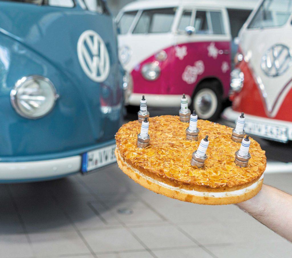 VW T1 Bulli Sofie z tortem ze świecami zapłonowymi