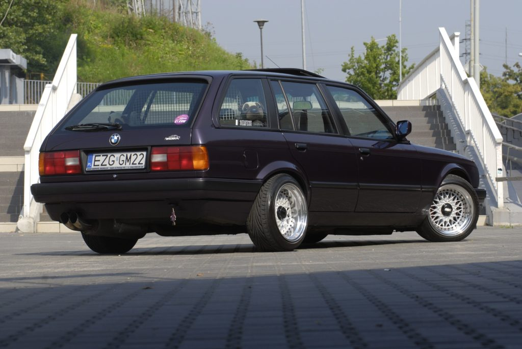 Tuning-BMW-E30-318i-Touring-widok od tylu