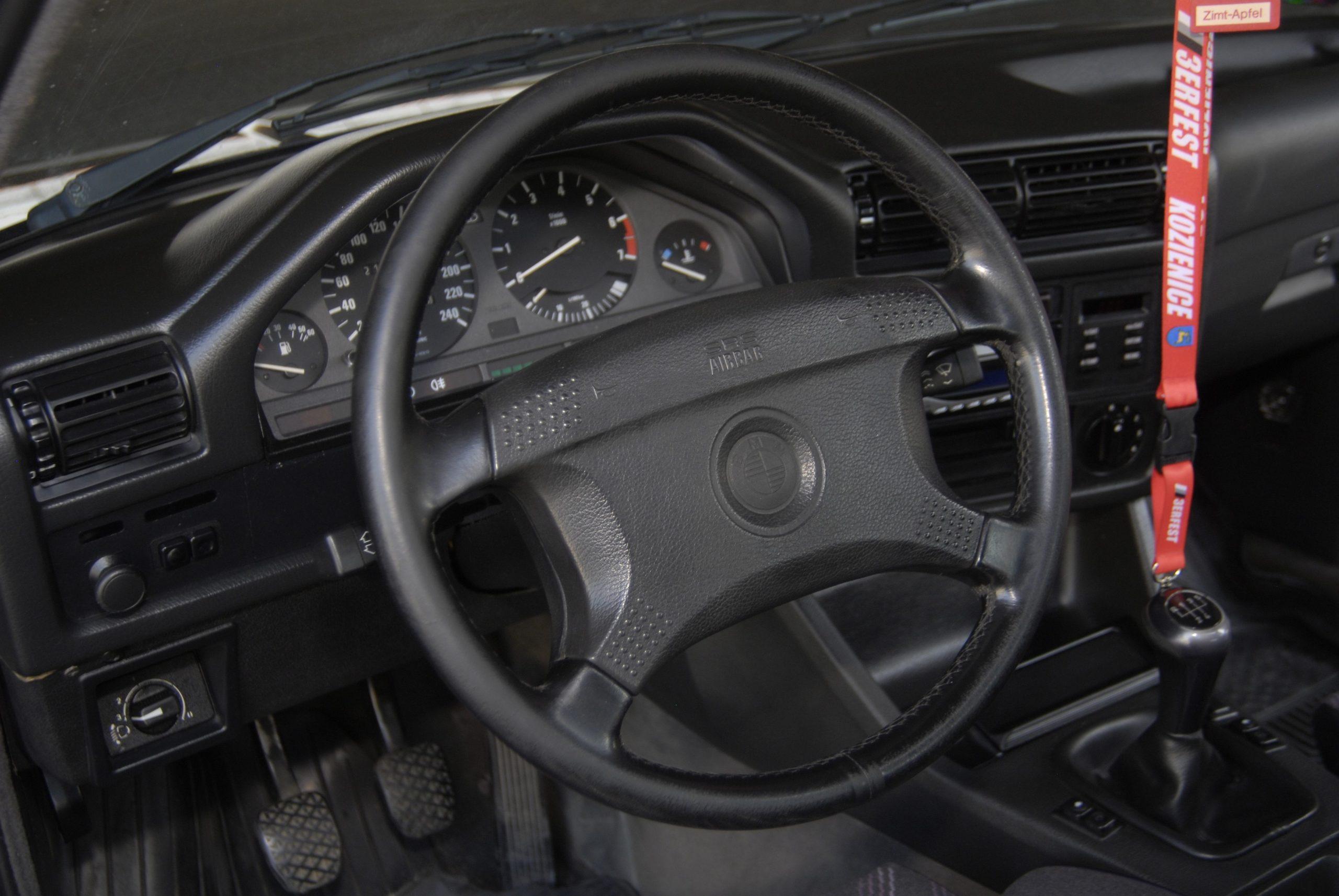 Tuning-BMW-E30-318i-Touring-kokpit