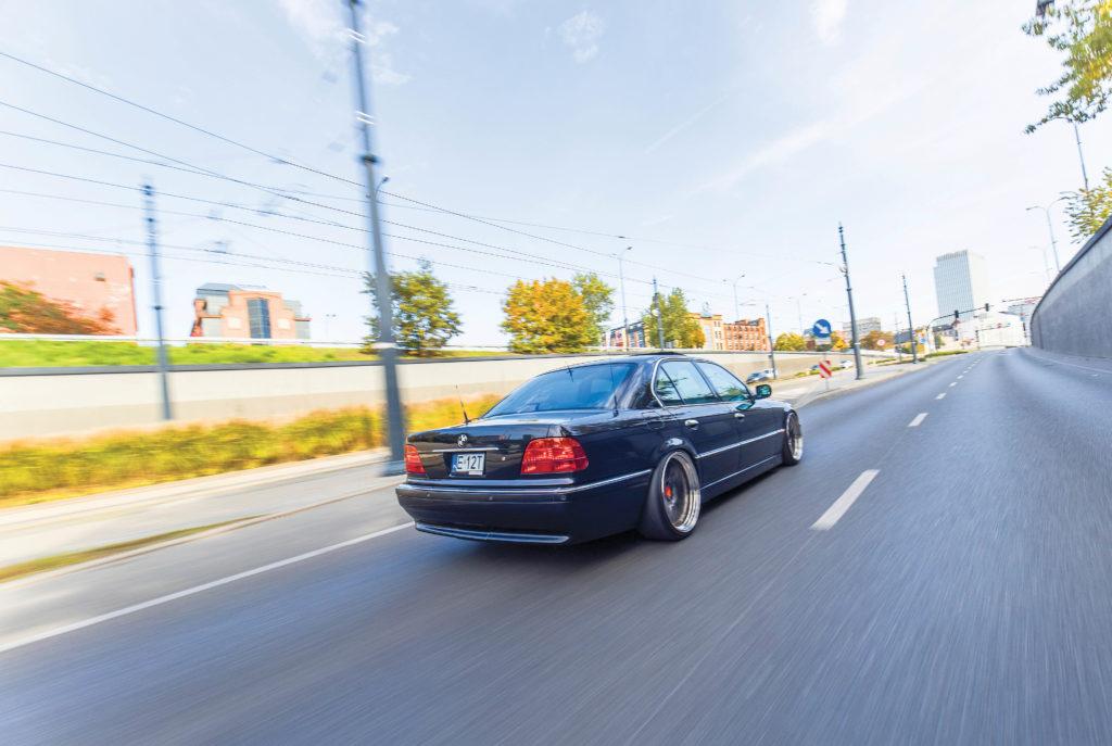 Tuning-BMW-E38-735-widok z tyłu