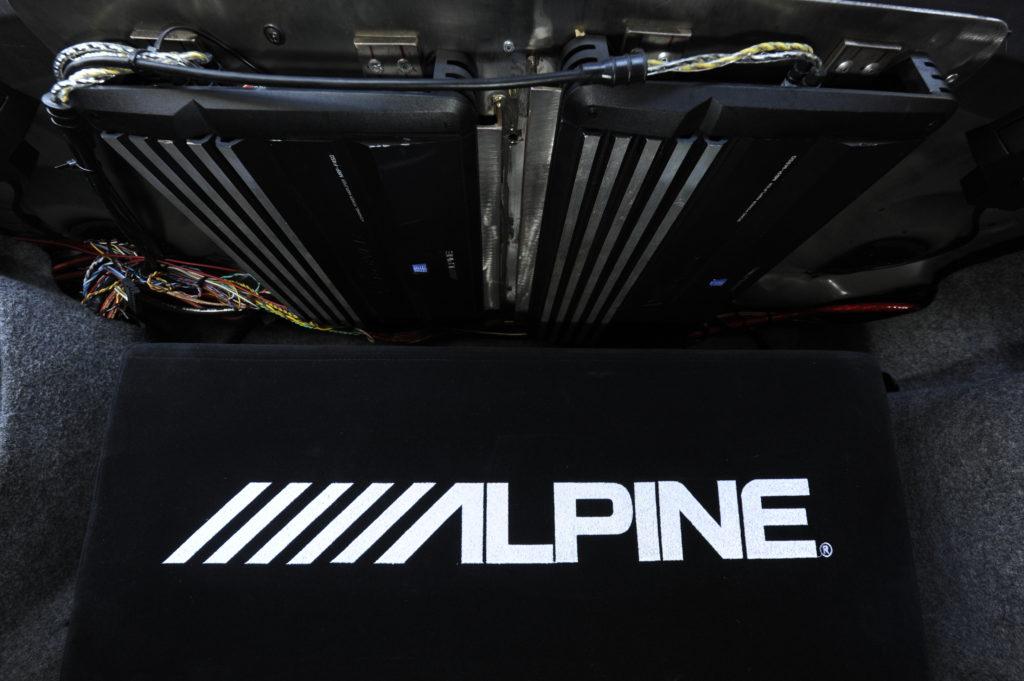 Tuning-BMW-E46-330i-wzmacniacz Alpine