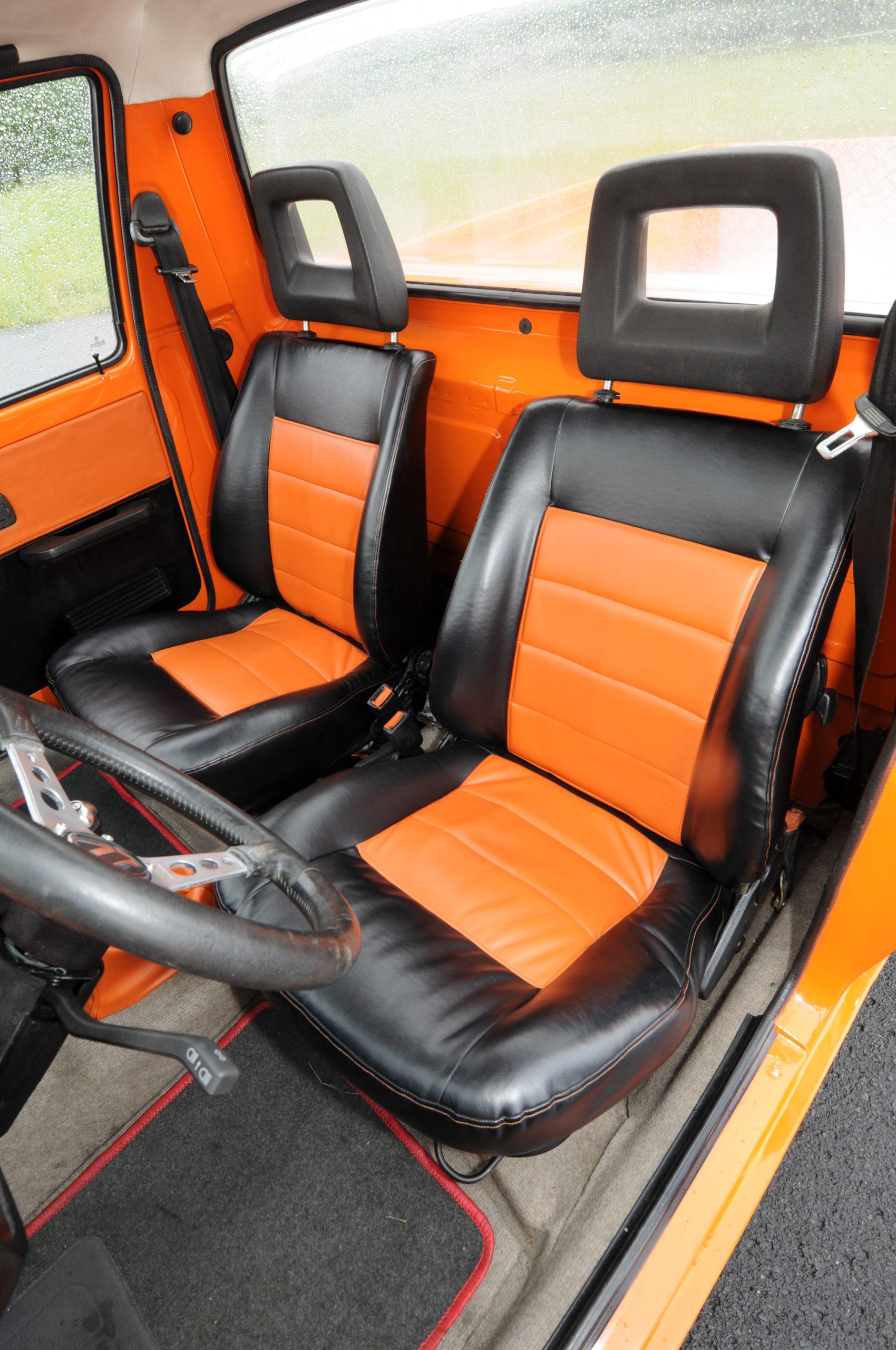 Tuning-VW-Caddy-1-czarno-pomarańczowe fotele