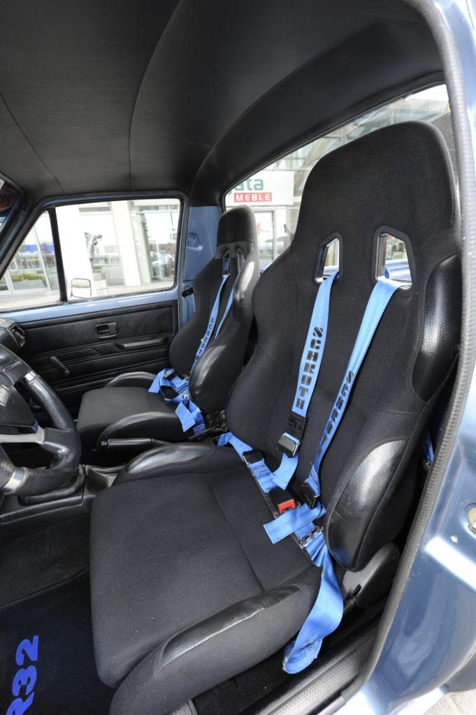 Tuning-VW-Caddy-1-R32-kubełkowe fotele z pasami schroth