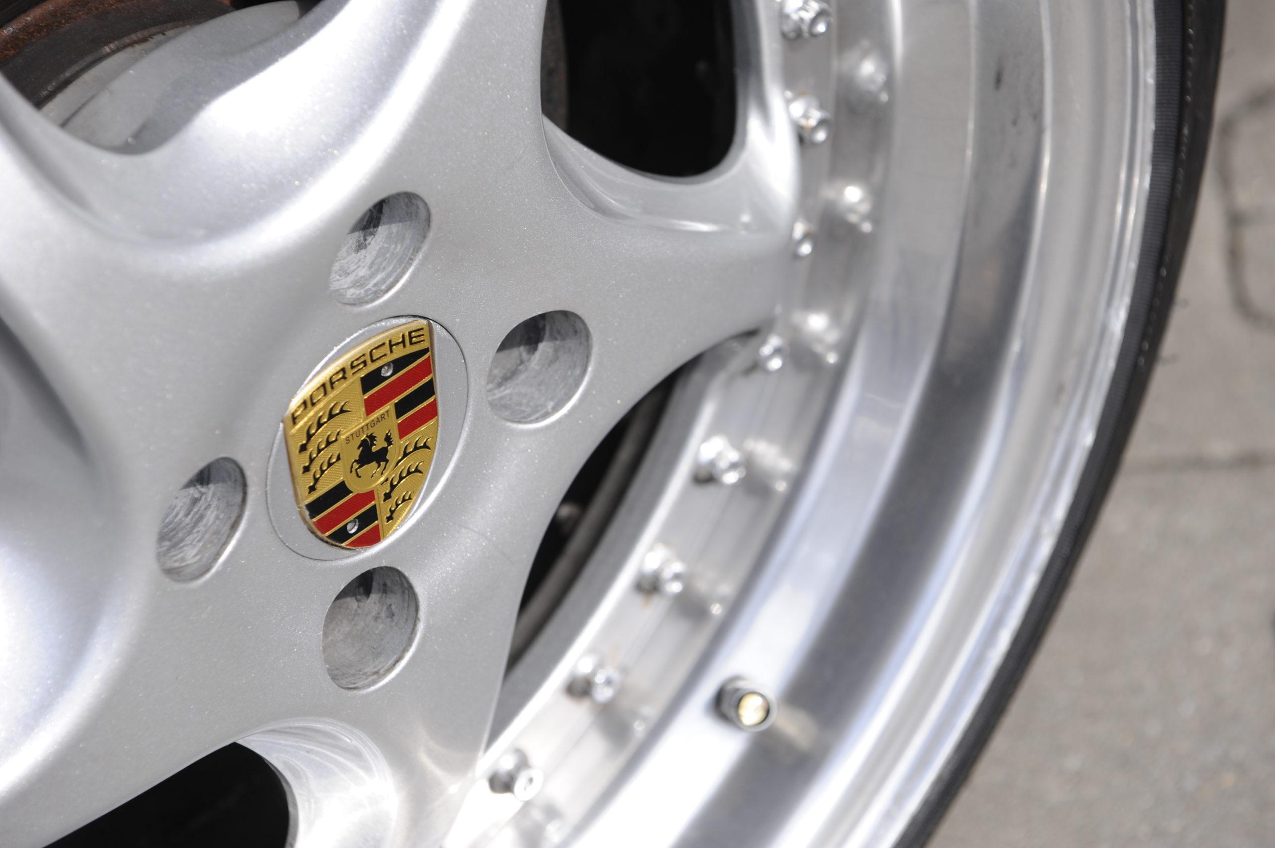 Tuning-VW-Caddy-1-R32-felgi z logo Porsche