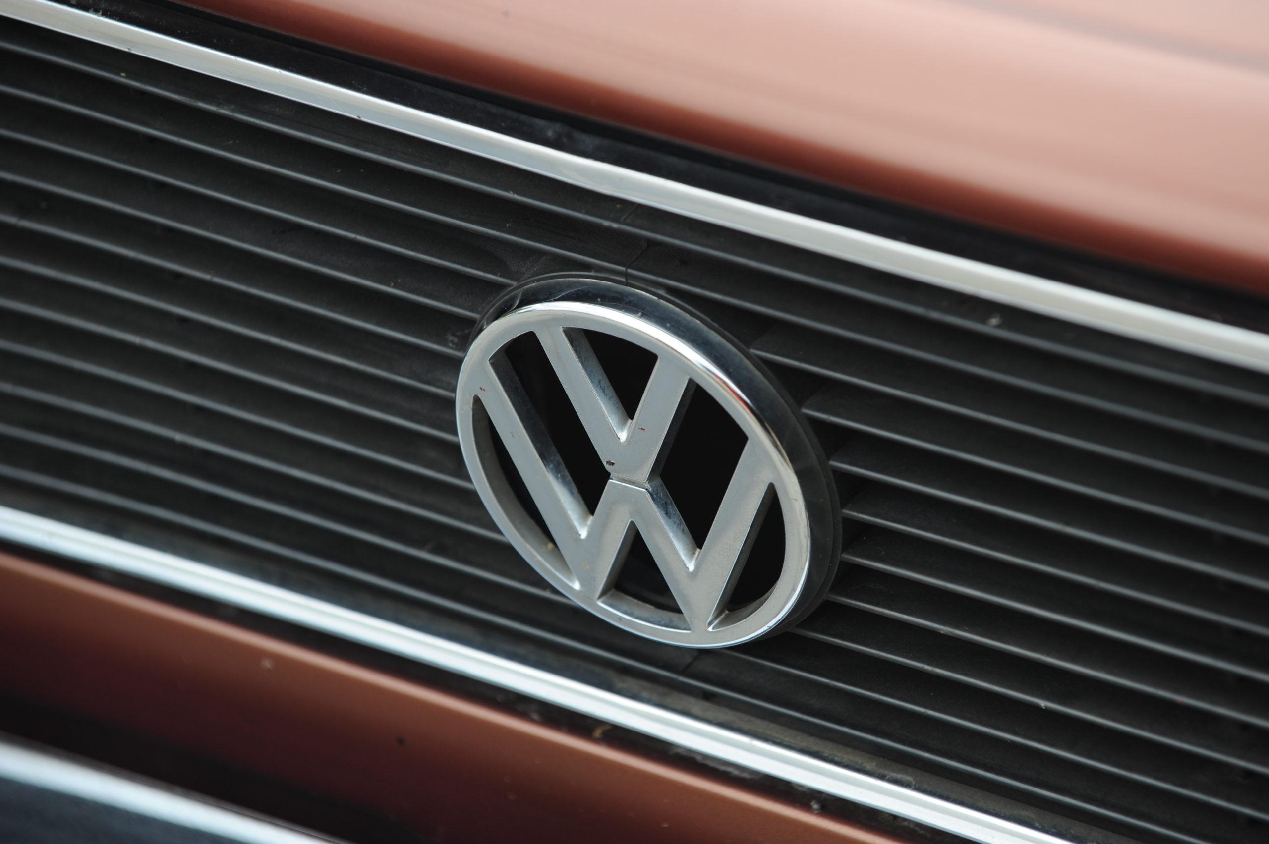 Tuning-VW-Caddy-Typ-14d-logo VW na grillu