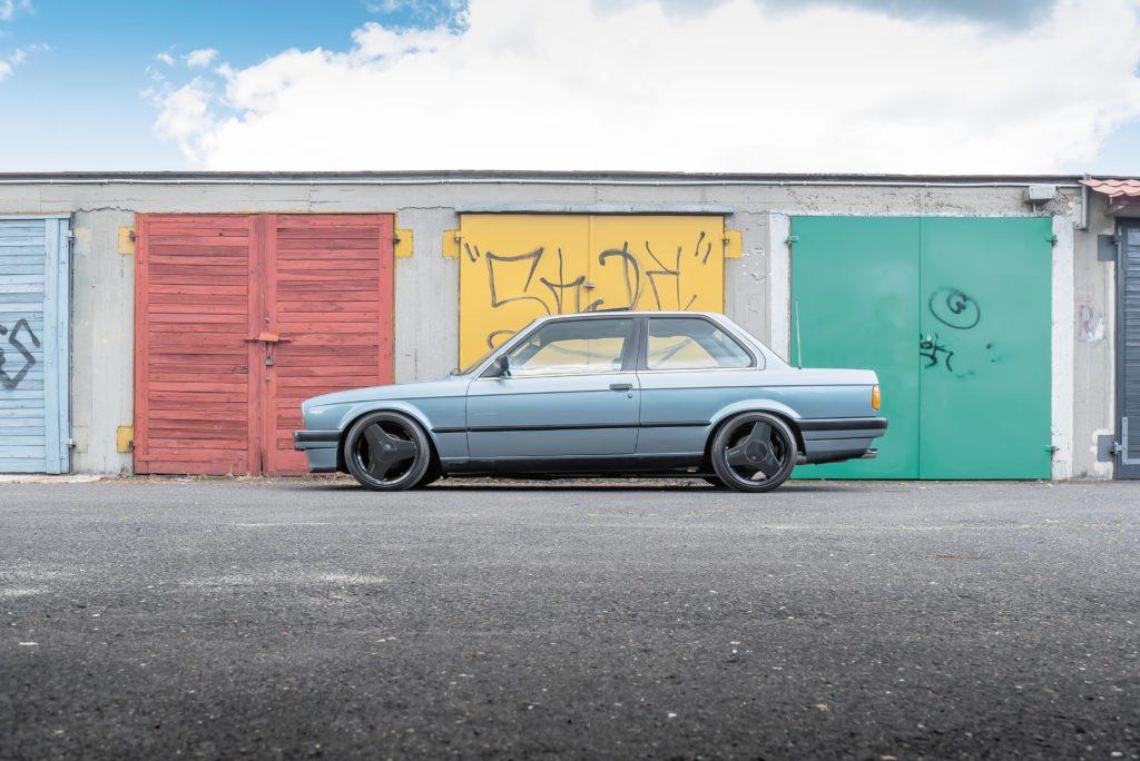 Tuning_BMW_E30_320iA_bokiem