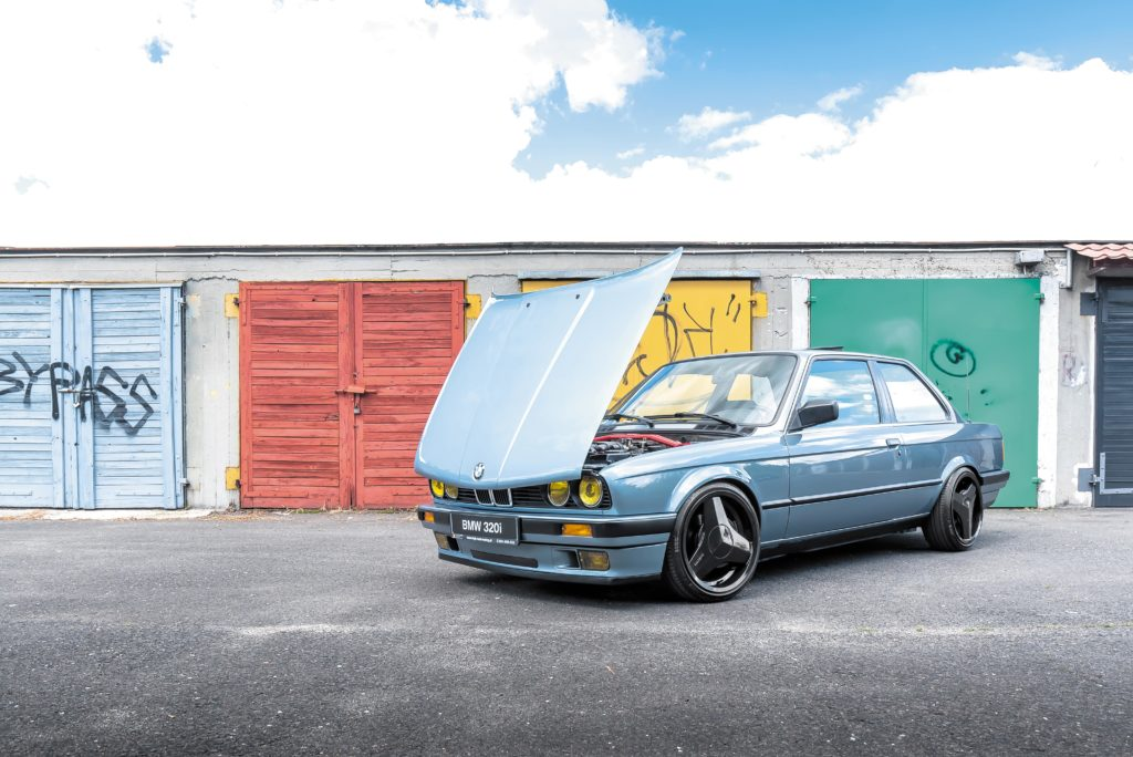 Tuning_BMW_E30_320iA_z otwarta pokrywa silnika