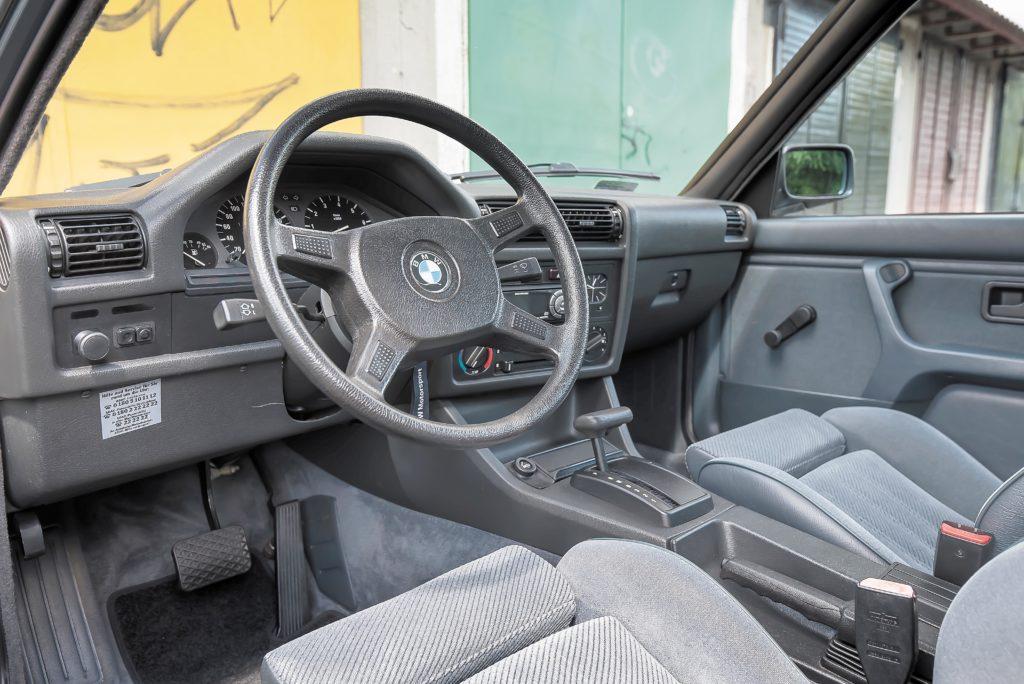 Tuning_BMW_E30_320iA_kokpit